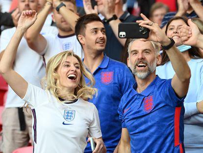 Seguidores de la selección inglesa de fútbol, en el partido contra Dinamarca, este 7 de julio en Londres.