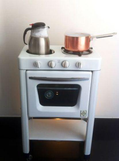 Un recipiente con nitrógeno líquido sobre un fogón de los años cuarenta.