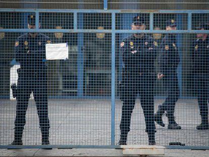 Agentes en la puerta del CIE de la Zona Franca de Barcelona.