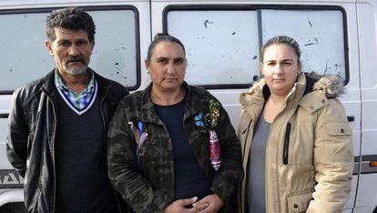 Los padres de Gonzalo Montoya y su mujer Katia tras visitar al preso en Villabona (Asturias).