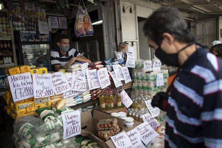 Un vendedor atiende a los clientes de un mercado en Caracas, Venezuela.