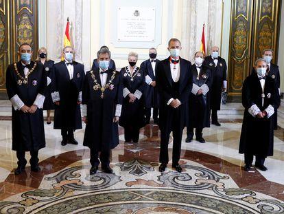 Felipe VI y el presidente del CGPJ, Carlos Lesmes, posan con la Sala de Gobierno del Tribunal Supremo antes de inaugurar el año judicial, en septiembre pasado.