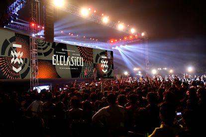 LaLiga piensa en ElClásico como una marca que trascienda las fronteras del terreno de juego. Así se vería el nuevo logotipo en un evento o concierto.