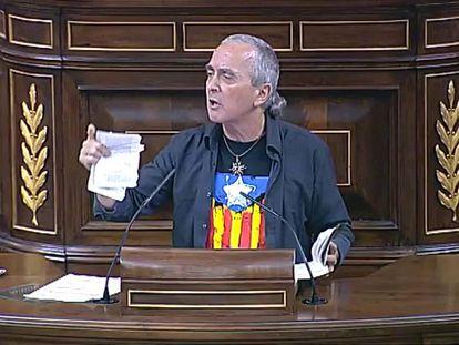 Sabino Cuadra, diputado de Amaiur, rompe unas páginas de la Constitución en el Congreso.