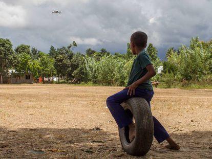 Un niño zanzibarí observa el vuelo de un dron.