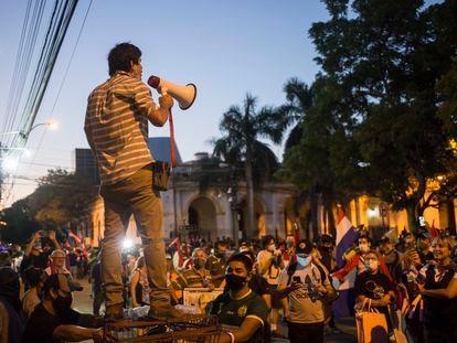 Un hombre con un megáfono durante las protestas en el centro de Asunción (Paraguay), el 10 de marzo.