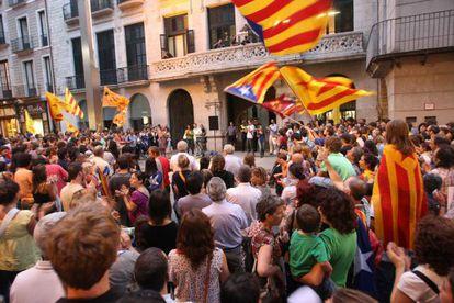 Concentración de ciudadanos frente al ayuntamiento de Girona a favor del actual modelo de inmersión lingüística catalana.