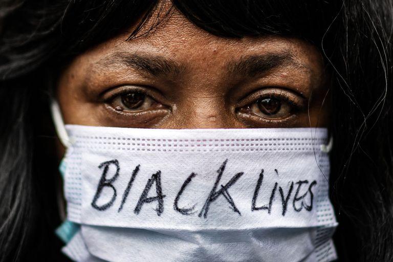 Una mujer se manifiesta en protesta tras la muerte violenta de George Floyd.