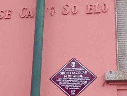 La nueva placa con el nombre 14 de abril en el colegio del barrio Pacífico, en Madrid.