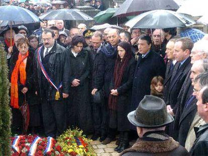 Mazarine (con pañuelo en la cabeza) y Gilbert (a su izquierda), durante el acto de homenaje a su padre, ayer.