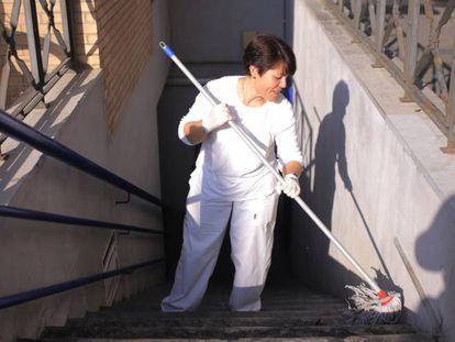 Una limpiadora pasa la fregona en la escalera de un Parking en Jerez (Cádiz)