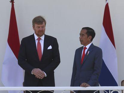 El rey Guillermo de Holanda y el presidente de Indonesia, Joko Widodo, este martes en el palacio presidencial en Bogor (Indonesia).