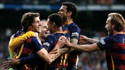 Los jugadores del Barcelona celebran uno de los goles.