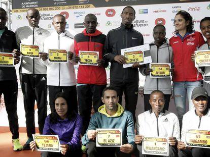 Los atletas de élite que participarán en la maratón posan juntos.