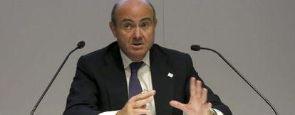 El ministro de Economía, Luis de Guindos, en la última rueda de prensa del Ecofín en Milán.