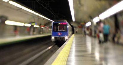 Un vagón del metro de Madrid entra en una estación.