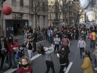Corte de tráfico este viernes frente al colegio Dovella (Barcelona) para pedir la pacificación de las zonas escolares y la reducción de la contaminación.