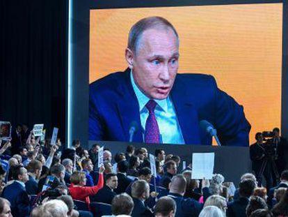 El presidente ruso trata de humillar a Navalni en su única conferencia de prensa anual