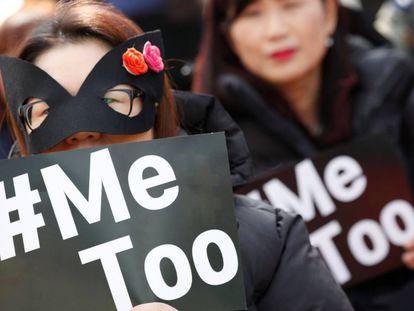 Mujeres filipinas participan este jueves en una manifestación para conmemorar el Día Internacional de la Mujer en Manila, (Filipinas).