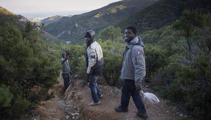 Buback, Abderraman y Nikola camino de las cuevas en las que duermen en Marruecos.
