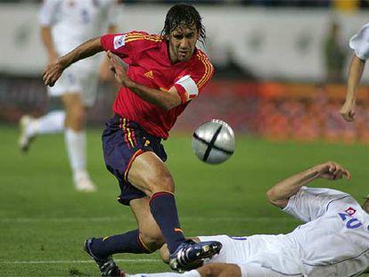 Raúl, en un partido de clasificación para Alemania 2006 frente a Serbia Montenegro.