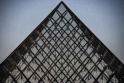 La pirámide del Louvre está compuesta por 673 paneles de vidrio transparente, sostenidos por una estructura de acero. La estructura pesa en total 180 toneladas. |