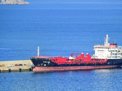 El buque de transporte 'Global Lake', en el puerto de Escombreras, en Cartagena (Murcia), este jueves.