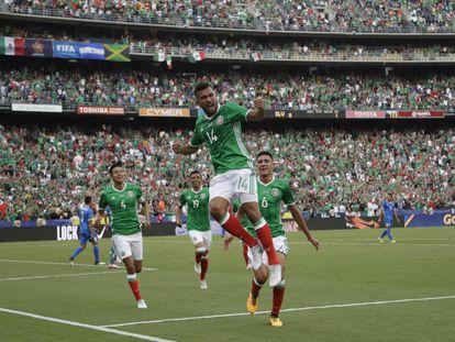El mexicano Hedgardo Marín celebra el primer gol contra El Salvador.