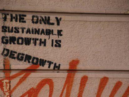 """En el muro se lee """"El único crecimiento sostenible es el decrecimiento"""""""