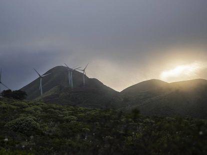 Aerogeneradores de la central de Gorona del Viento, en la isla de El Hierro.