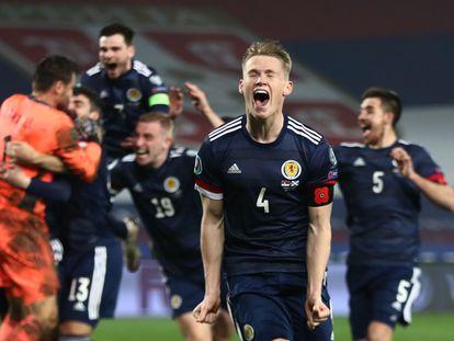 Scott McTominay celebra la victoria de Escocia contra Serbia en noviembre de 2020 y la clasificación para la Eurocopa.