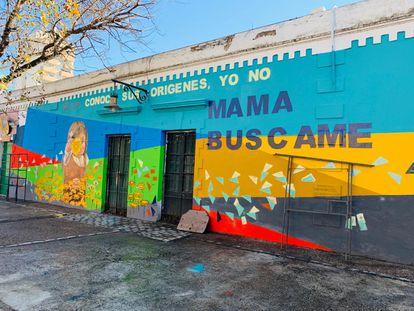 Mural colectivo en la ciudad de  Córdoba, Argentina, para impulsar la búsqueda de identidad de bebés robados.