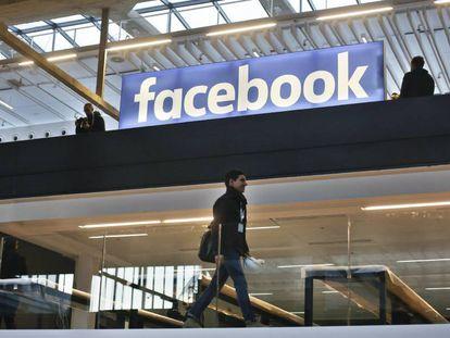 Logo de Facebook en un evento en París.