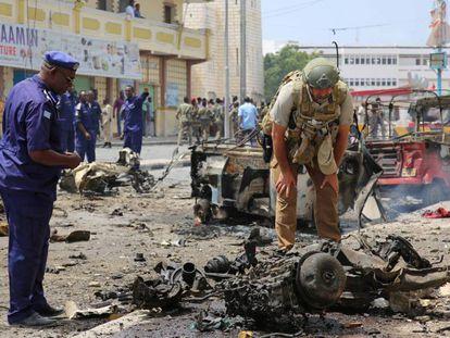 Fuerzas de seguridad somalíes examinan el lugar en Mogadiscio en el que al Shabab explotó un coche bomba en julio.