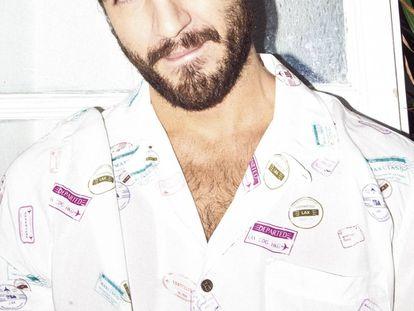El actor Maxi Iglesias ha crecido, tiene su primer papel adulto en la serie 'Desaparecidos' y aquí posa para ICON con una camisa de Marciano GUESS.