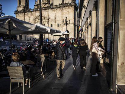 Varias personas pasean y disfrutan de las terrazas frente a la iglesia de San Nicolás, en Bilbao.