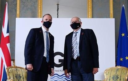 El alto representante de la UE, Josep Borrell, y el secretario de Estado de Exteriores del Reino Unido, Dominic Raab, en un encuentro bilateral durante la cumbre del G-7, el miércoles en Londres.