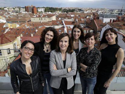 De izquierda a derecha, la directora Silvia Montesinos; Laura Peláez, periodista especializada en el género; Yolanda Pérez, directora general de Stage; la actriz Mariola Peña; la regidora Maite Prieto; y la actriz Natalia Millán, en la terraza del Hotel Axel de Madrid.