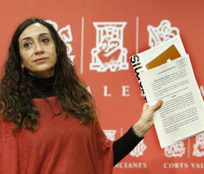 La diputada de Compromís Isaura Navarro muestra la denuncia.