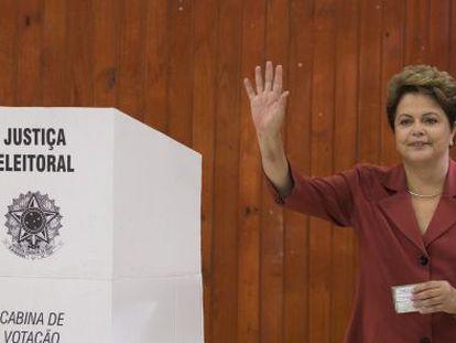 La presidenta de Brasil, Dilma Roussef, en el colegio electoral en el que ha votado.