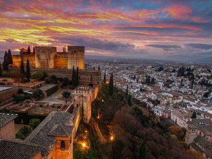 Vista de La Alhambra y el Albaicín desde la Torre de Comares, en Granada.