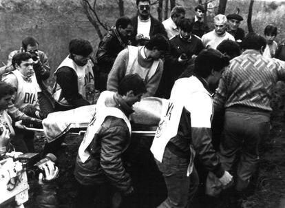 Recuperación del cadáver de Mikel Zabalza en el río Bidasoa, en 1985.