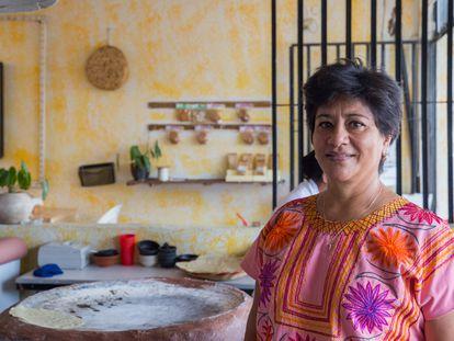 Grabiela Fernández Orantes, co-fundadora de Itanoní, al lado del comal donde tradicionalmente se hacen las tortillas.