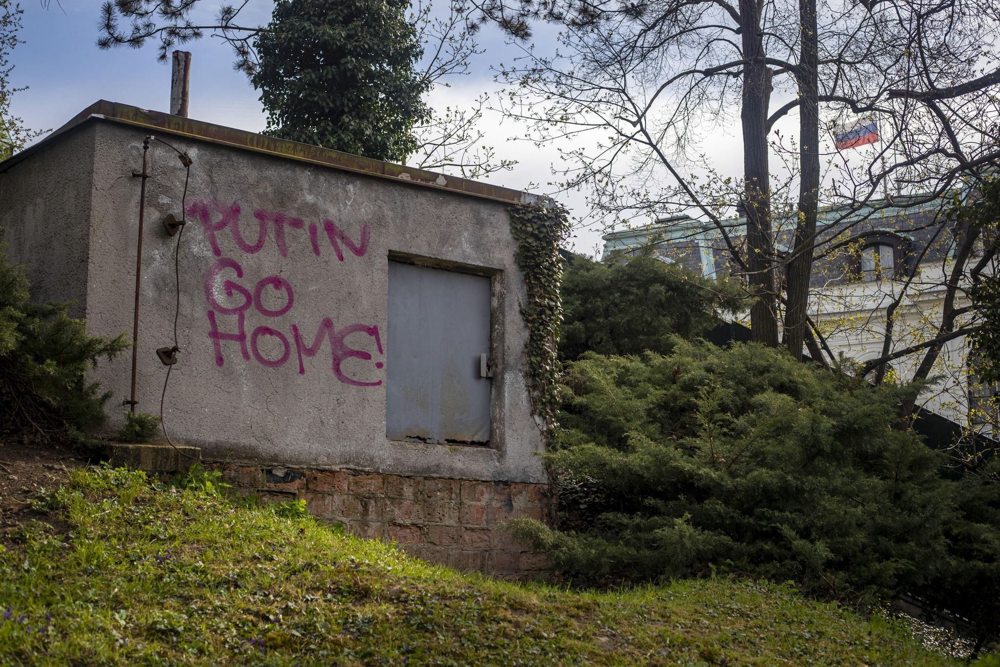 Pintada contra Putin en los alrededores de la Embajada de Rusia en Praga, este miércoles.