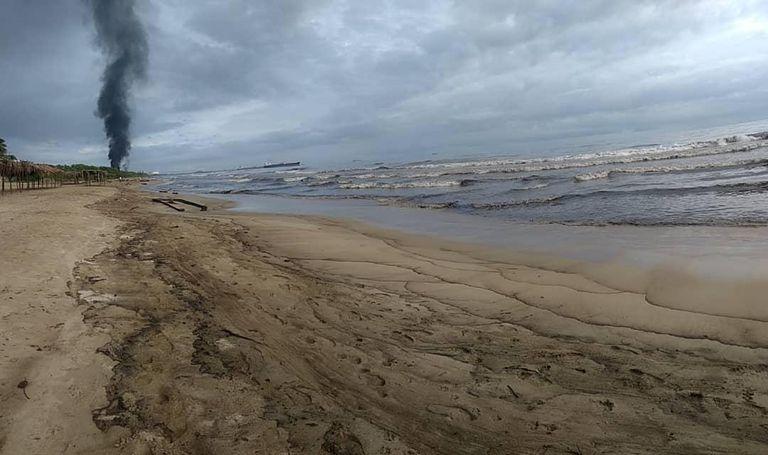 La playa de El Palito en Puerto Cabello, en Venezuela, tras ser contaminada con petrlóleo, en una imagen de agosto de 2020.