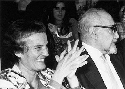 Carmen Laforet con Ramón J. Sender en una imagen sin fecha.