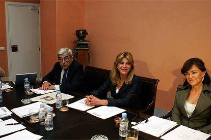 En la imagen, Rodrigo Uría, Carmen Thyssen-Bornemisza y Carmen Calvo (de izquierda a derecha), en un patronato de 2006.