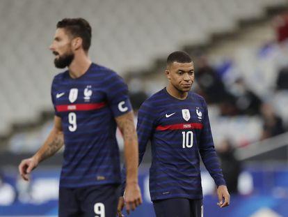 Olivier Giroud y Kylian Mbappé durante un partido de la selección francesa el año pasado.