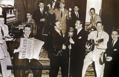 Los jugadores del River celebran el título argentino de 1947 en el cabaret Marabú. Di Stéfano, segundo por atrás con un contrabajo.