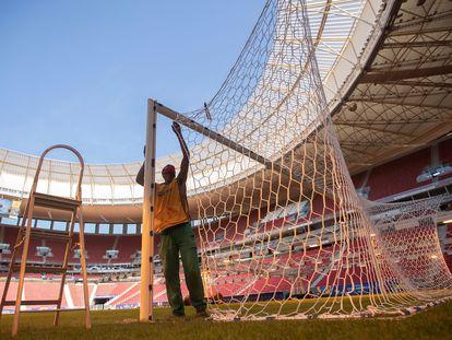 Un empleado en el campo del estadio Mané Garrincha, en Brasilia, que acogerá la inauguración de la Copa América.